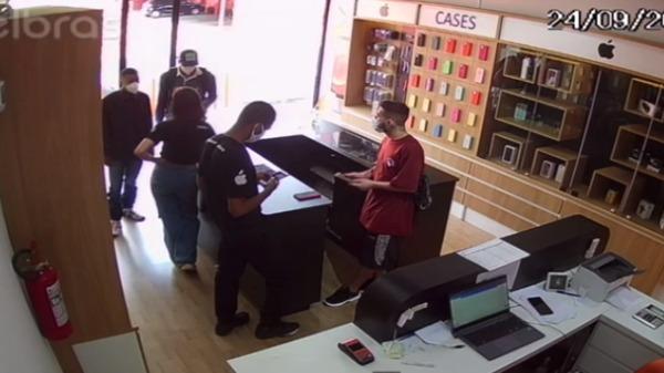 Assalto à loja de assistência técnica de celulares, em Ribeirão - Foto: Reprodução/ Câmera de segurança