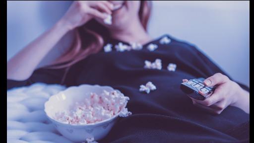 Confira dicas de filmes e lives para você assistir debaixo do cobertor neste final de semana