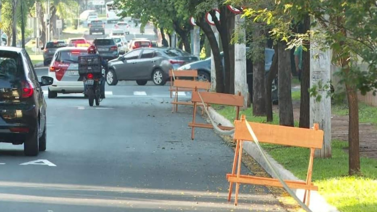 Estacionamento na faixa da direita da Avenida João Fiusa passa a ser proibido e dá lugar ao fluxo de veículos