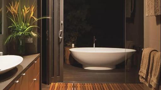Banheiro transformado em espaço de relaxamento e bem-estar