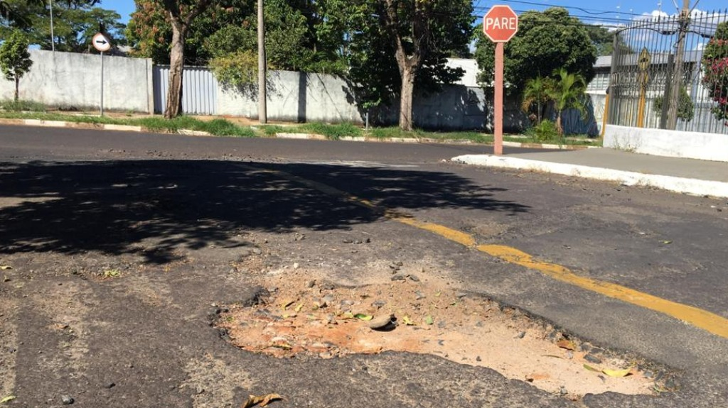 Moradores da Vila Xavier enfrentam problemas com buracos nas ruas