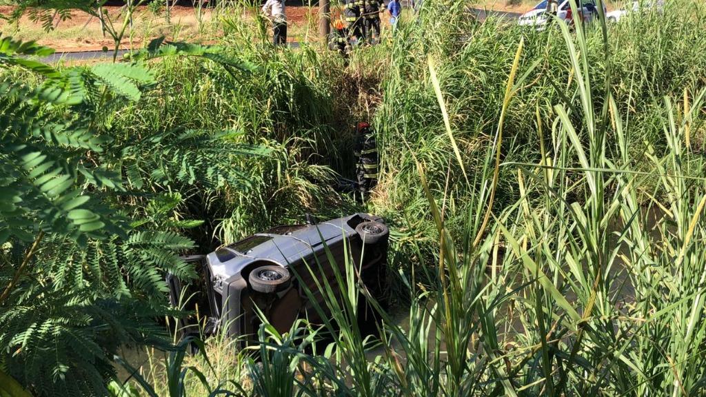 Carro cai no Córrego do Ouro após colisão