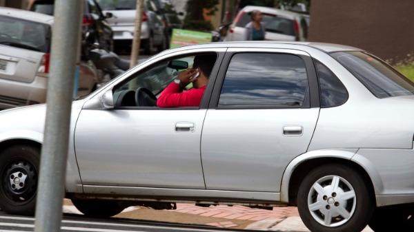 Motorista fala ao celular no trânsito de Ribeirão Preto: infração preocupante na cidade (Foto de arquivo: Weber Sian / ACidade ON) - Foto: Divulgação