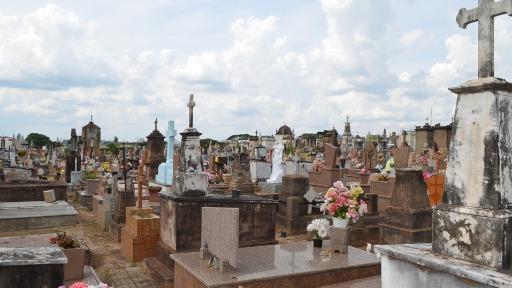 Uma dupla foi preza após roubar placas de bronze e uma estátua de madeira no Cemitério Municipal Nossa Senhora do Carmo - Foto: G1/ Claudinei Junior