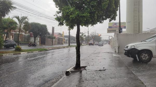 Chuva de granizo chega em bairros de Araraquara