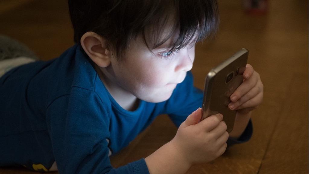 Uso excessivo de aparelhos celulares e luz emitida preocupa especialistas