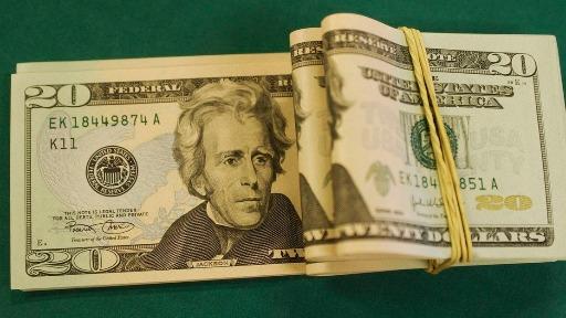 Por que o dólar fechou abaixo de R$ 5 pela primeira vez em mais de um ano?
