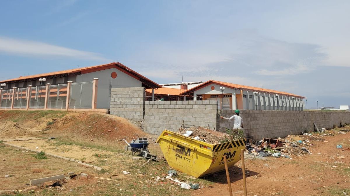 Sem telhas, obras atrasam e escola segue sem receber alunos na Zona Norte