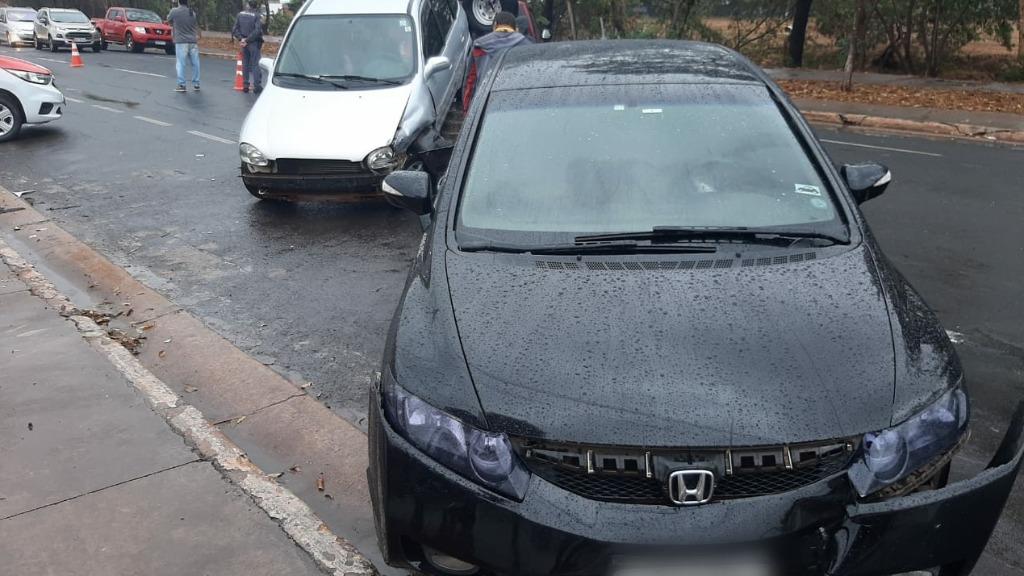Engavetamento entre quatro veículos causa lentidão no trânsito da Via Norte, no bairro Tanquinho