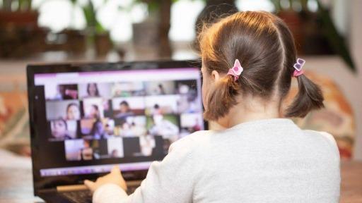 Saiba como as telas podem afetar o desenvolvimento das crianças