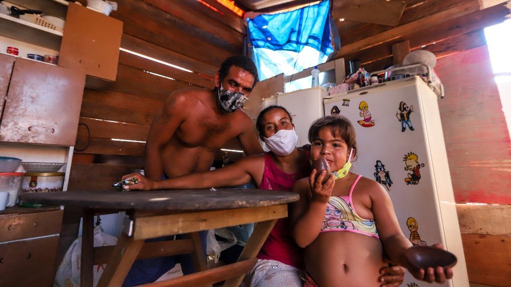 Família com duas crianças vive em barraco irregular no Vale Verde