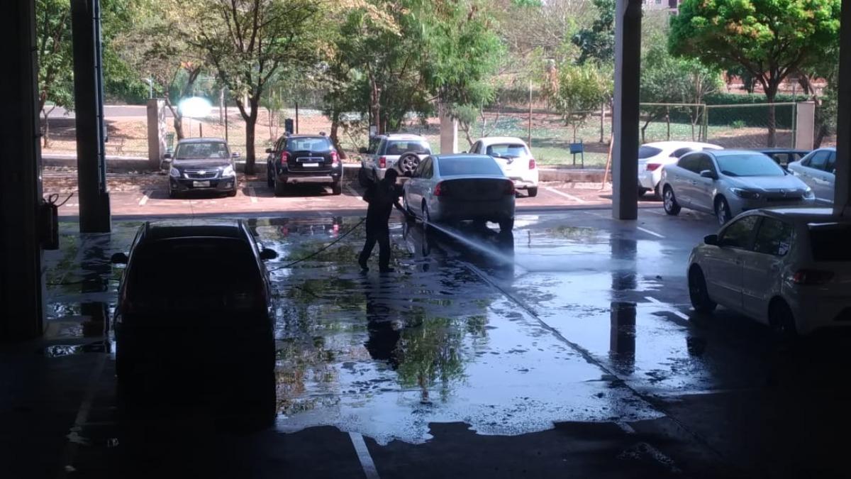 Com Ribeirão em crise hídrica, homem é flagrado lavando carros na Câmara Municipal