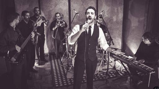 Frank Sinatra, Luciano Pavarotti e Orlando Silva, tudo em uma só voz... Conheça Gabriel Locher!