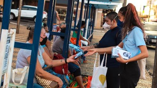 Grupo orienta e distribui máscaras PFF2 em pontos de ônibus no Centro de Araraquara (Foto: Divulgação) - Foto: Divulgação