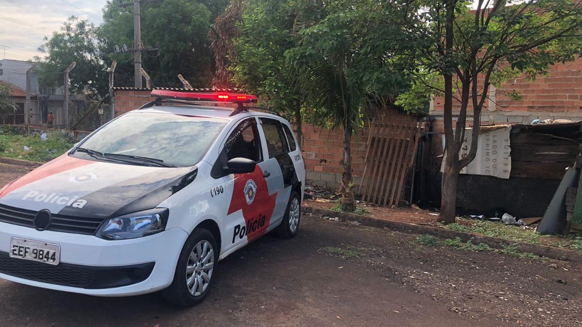 Homem é encontrado morto com marcas de tiros, nesta manhã (26), na Comunidade Vida Nova