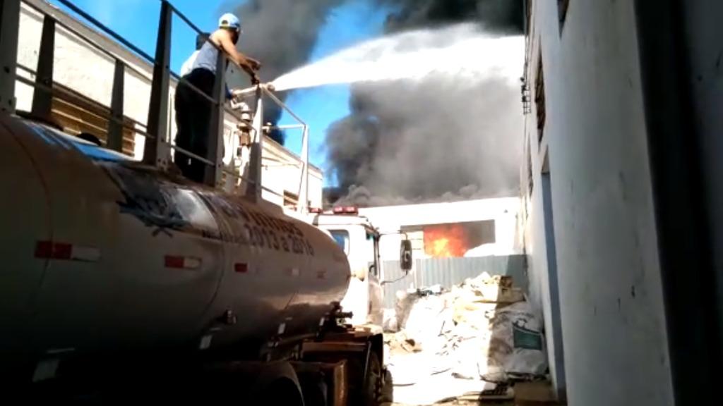Depósito de isopores é destruído por incêndio às margens da Anhanguera, em Cravinhos