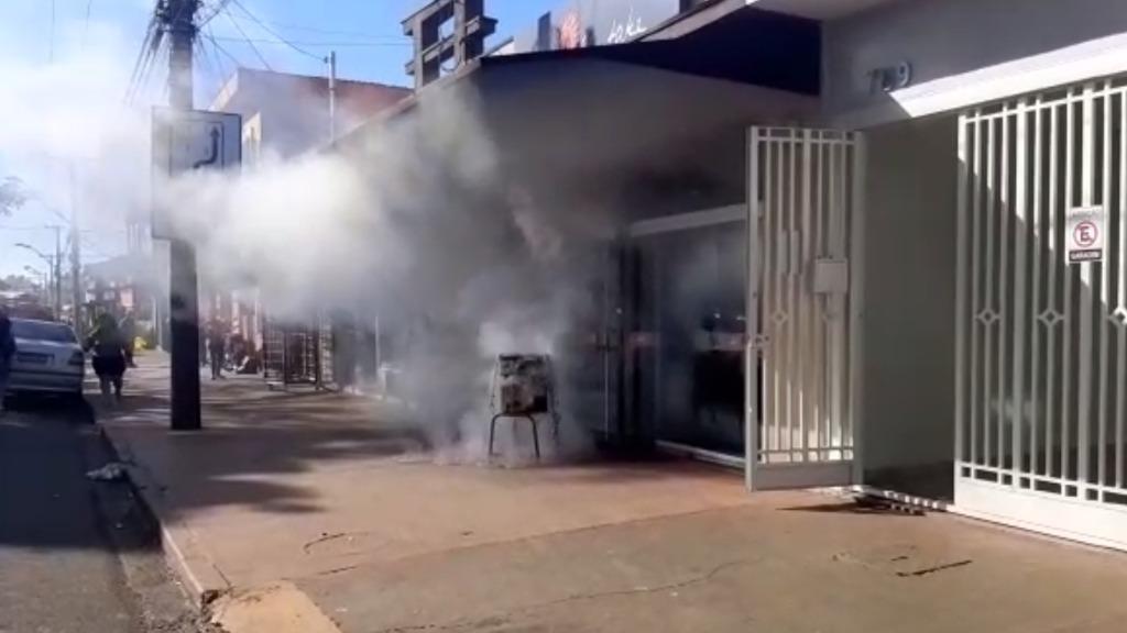 Fritadeira elétrica é deixada ligada e causa incêndio em restaurante japonês na Avenida do Café