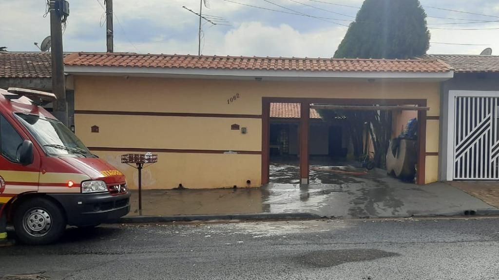Incêndio em residência no Parque Ribeirão deixa duas pessoas feridas