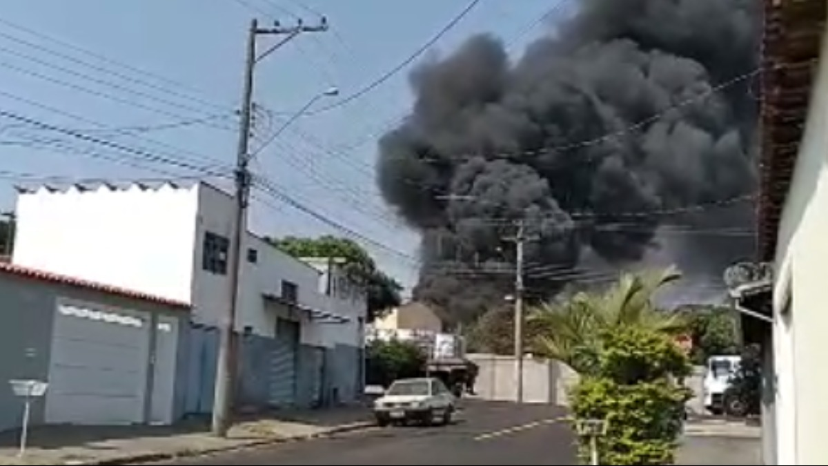 Incêndio de grandes proporções destrói barracão de bucha vegetal em Franca