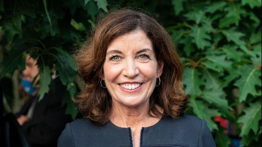 Jurista Kathy Hochul é a primeira mulher a governar o estado de Nova York em 230 anos