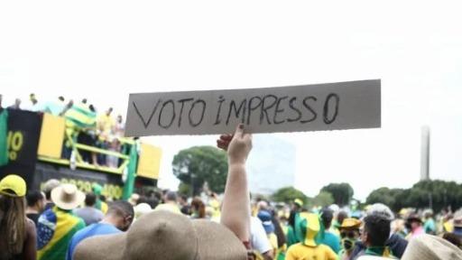 Manifestações em apoio a Jair Bolsonaro e ao voto impresso agitaram este domingo (01)