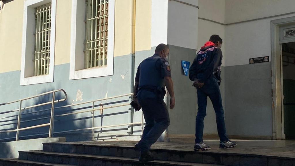 Três menores são detidos enquanto entravam com um carro em marcha à ré em uma loja no Centro de Ribeirão