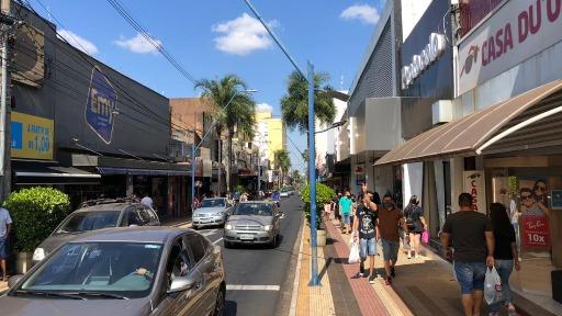 Movimento na Rua Nove de Julho na véspera do Dia das Mães (Foto: CBN/Araraquara) - Foto: ACidade ON - Araraquara