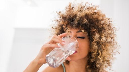 Médico urologista reforça a importância de ingerir água para prevenir de doenças nos rins