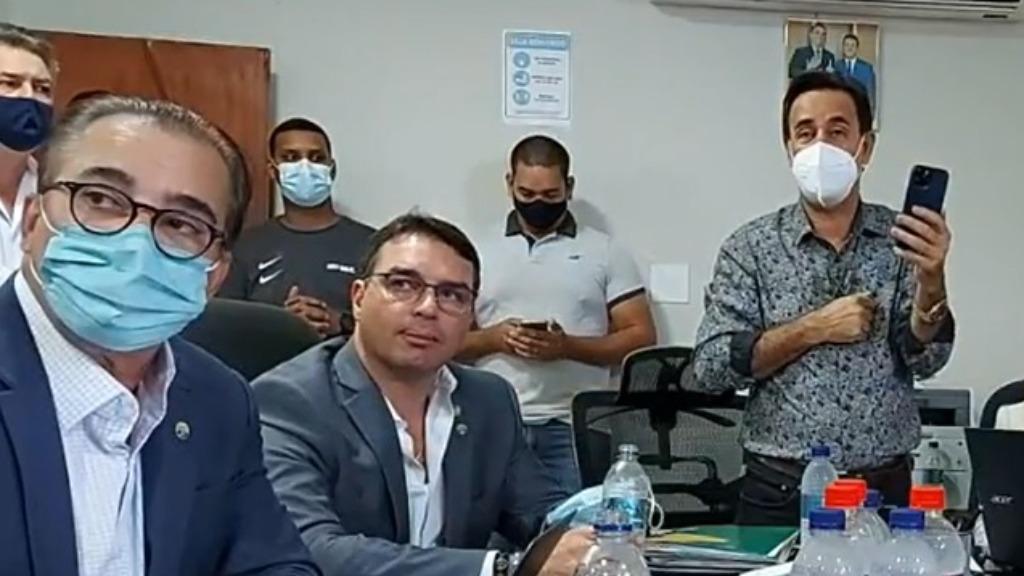 Flávio Bolsonaro visita sede do Patriota na região e fala sobre filiação do pai