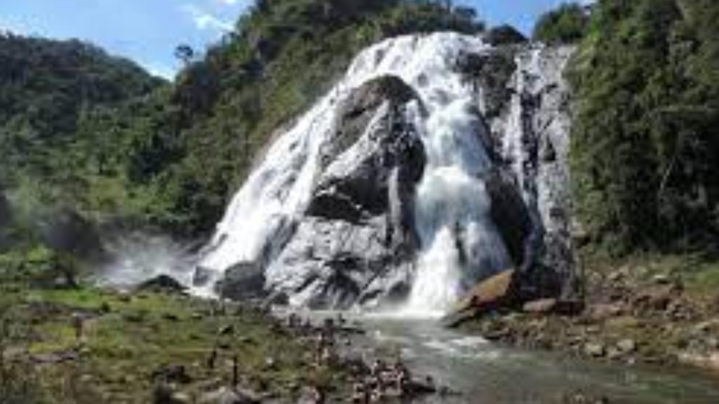 Parque Estadual da Cachoeira da Fumaça tem presença exuberante de cachoeira de 144 metros