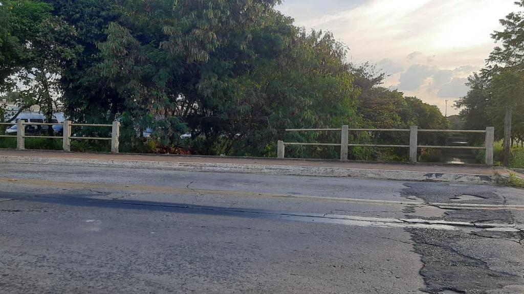 Falta de proteção em ponte da Via Norte oferece riscos aos pedestres