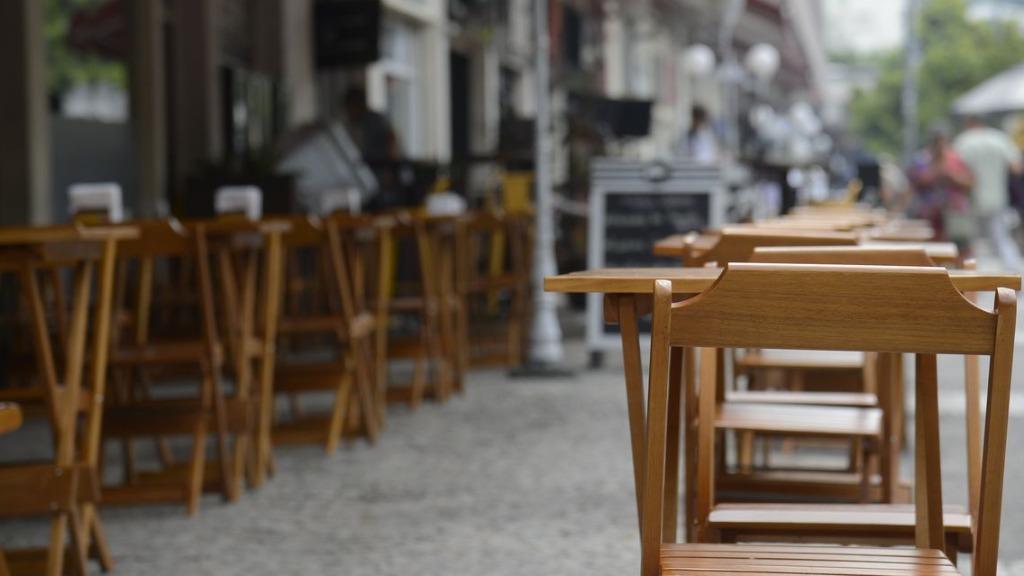 Mesmo com reabertura, bares e restaurantes fecham o final de semana com 64% dos comércios no vermelho