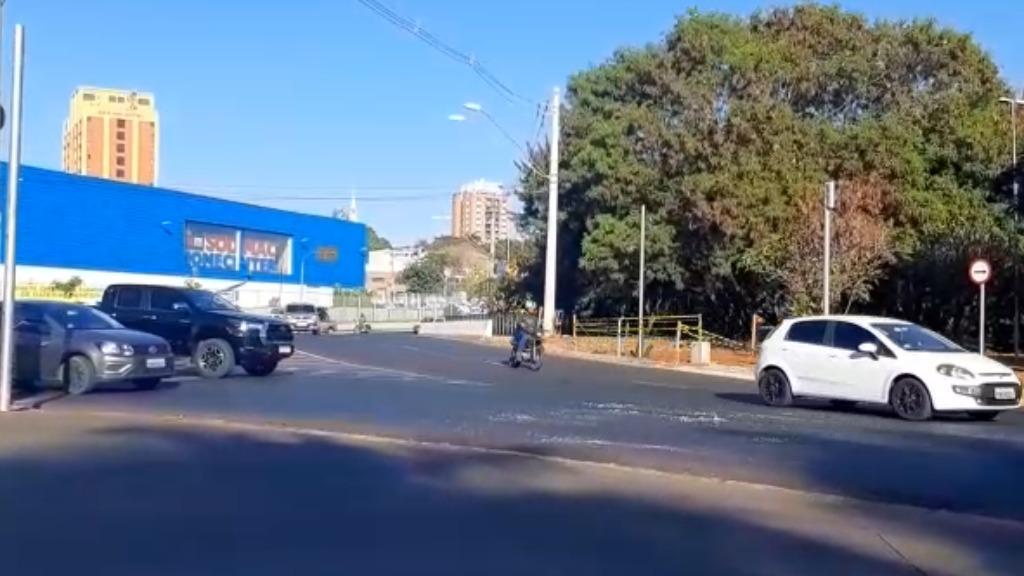 Acidente, na manhã desta segunda-feira (26), deixa trânsito complicado na rotatória Amin Calil
