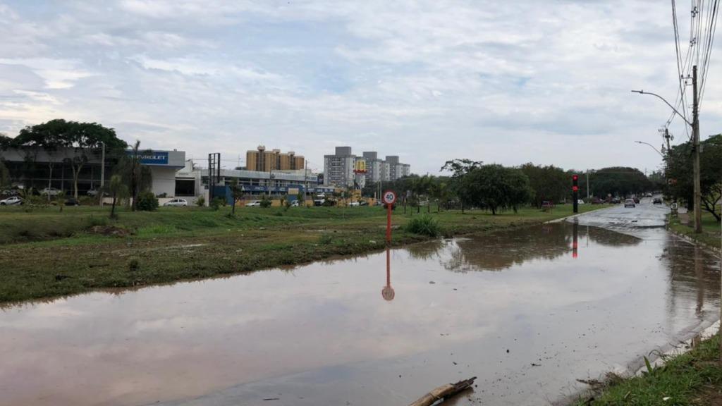 Alagamento interdita rotatória em São Carlos