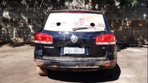 Carro supostamente usado em assalto foi encontrado no meio de mato. Foto: CBN São Carlos - Foto: CBN São Carlos