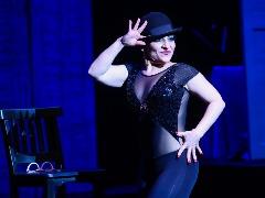 Disciplina e foco: Simone Gutierrez conta carreira de dançarina, atriz e cantora