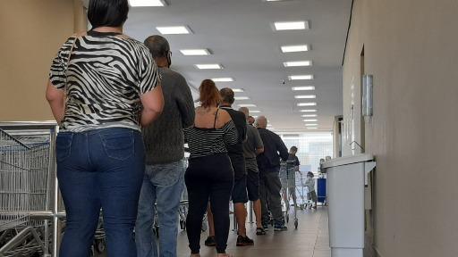 Supermercado tem fila após abertura para atendimento presencial - Foto: Milton Filho/CBN Araraquara - Foto: CBN Araraquara