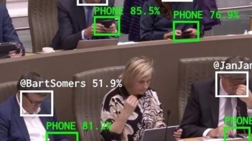 Tecnologia monitora políticos distraídos com smartphones