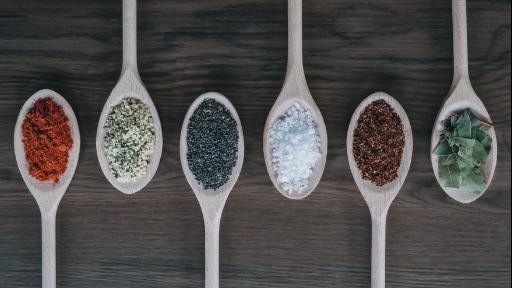 Quais condimentos você usa ao cozinhar? Confira os prós e contra à saúde