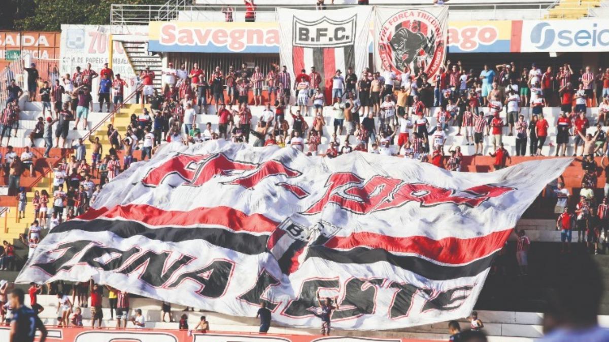 Botafoguenses celebram o retorno ao Santa Cruz após quase 600 dias