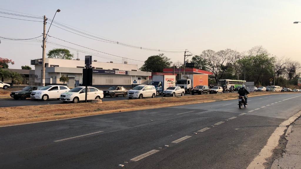 Ônibus quebra na saída do bairro Ribeirão Verde e complica o trânsito na região