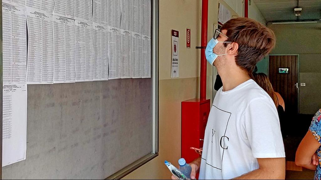 Estudante consulta lista de salas durante a primeira fase do Vestibular Unicamp 2021 - Foto: Divulgação/SEC-Unicamp