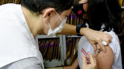 Vacinar jovens é importante para frear a disseminação do vírus, diz médica. (Foto: Carlos Bassan/Prefeitura de Campinas) - Foto: Carlos Bassan/Prefeitura de Campinas
