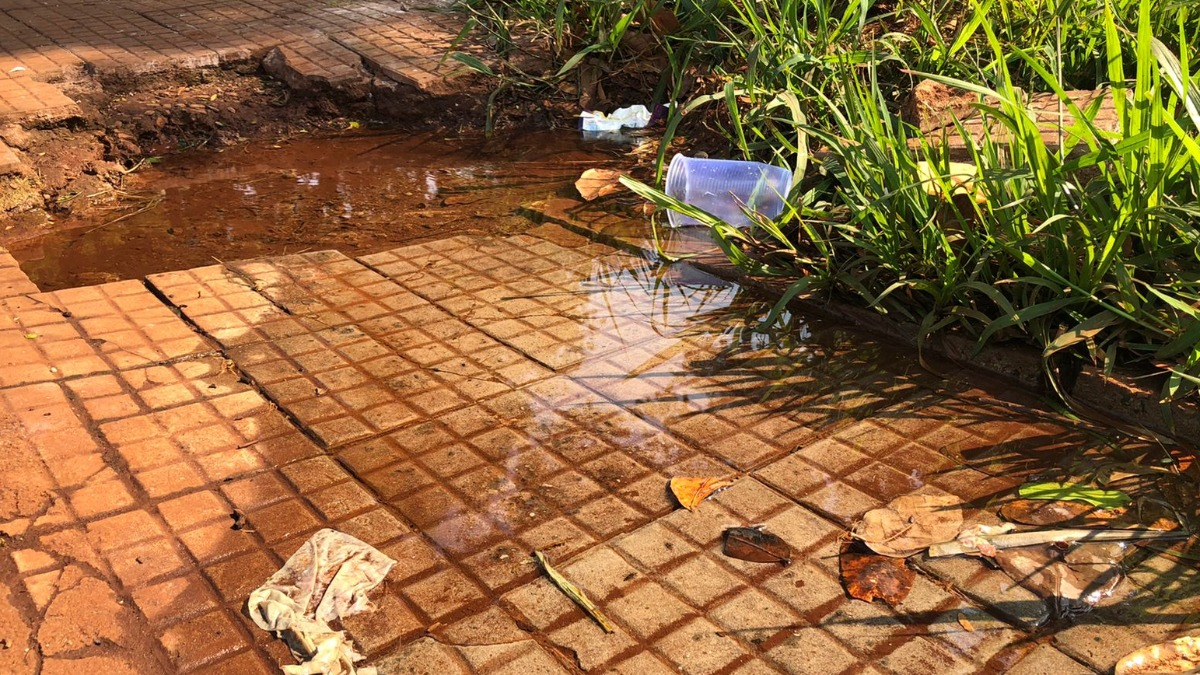 Moradores reclamam de desperdício de água limpa próximo ao PS Central