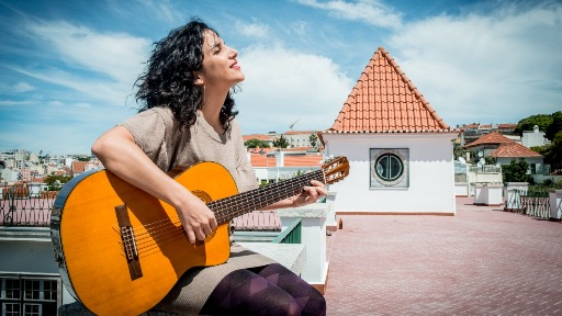 Com raízes no samba e MPB, Verônica Ferriani coleciona prêmios e parcerias de respeito